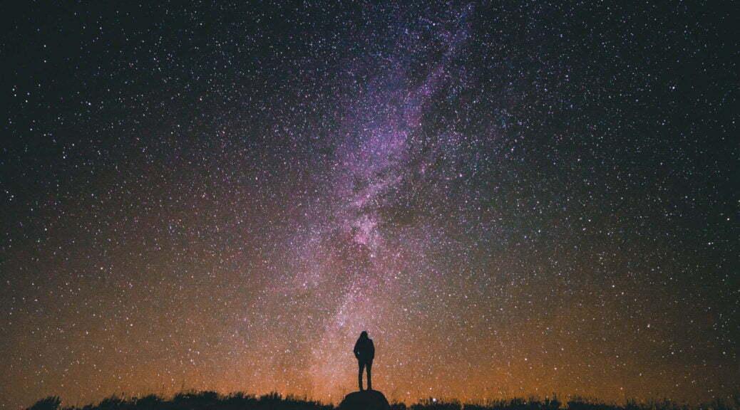 Ciel étoilé avec silhouette humaine